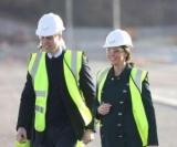 В яркий спасательный жилет, шлем и с тату: как Кейт Миддлтон и принц Уильям посетили Сандерленд