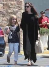Анджелину Джоли засняли на прогулке с дочерью в США